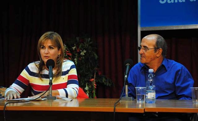 Escritor uruguayo Mario Delgado Aparaín junto a la periodista Magda Resik / Fotos de Alexis Rodríguez