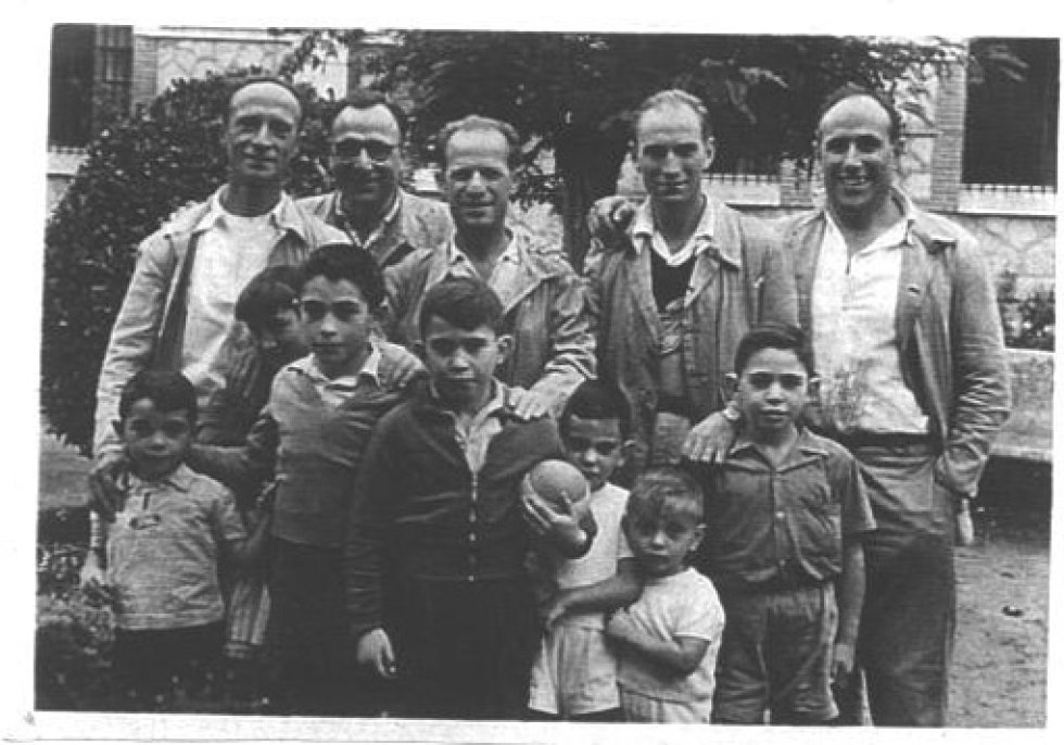 Marcos Ana (segundo por la derecha y arriba), seudónimo de Fernando Macarro Castillo (1921), que participó en la Guerra Civil desde el bando republicano. Fotografiado en la prisión de Burgos, en 1950, en un día de visita de familiares.
