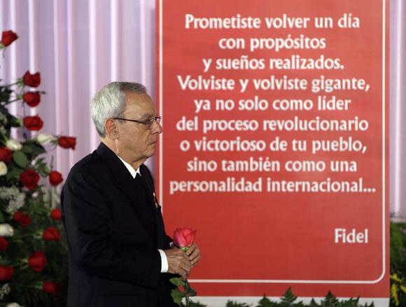Eusebio Leal, rinde homenaje a Hugo Chávez en la Plaza de la Revolución. Foto: Ismael Francisco/Cubadebate.