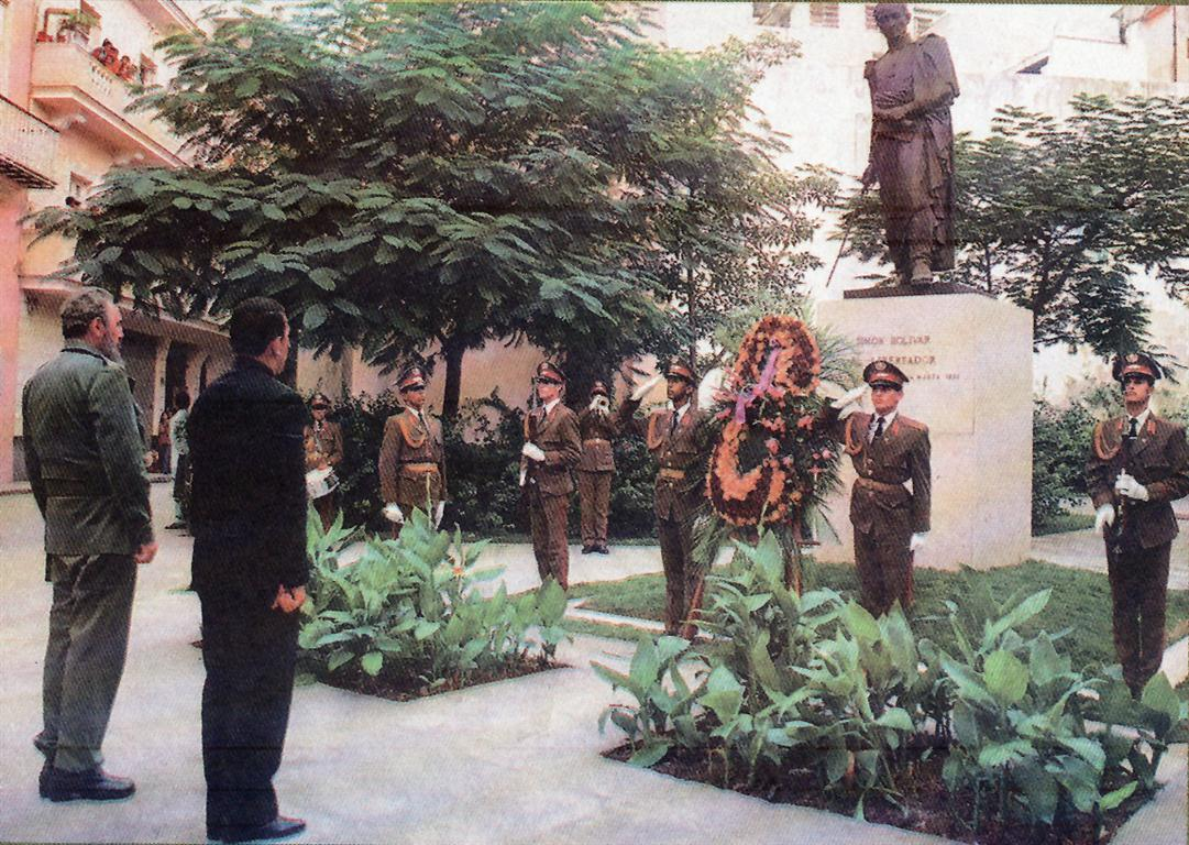 Fidel y Chávez frente al monumento a Simón Bolívar (Medium)