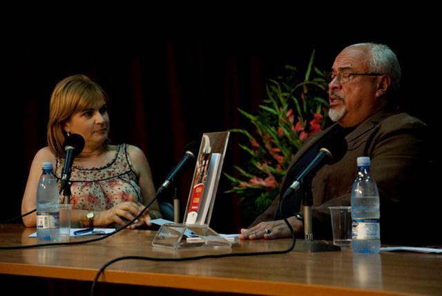 Escritor venezolano Gabriel Jiménez Emán junto a Magda Resik