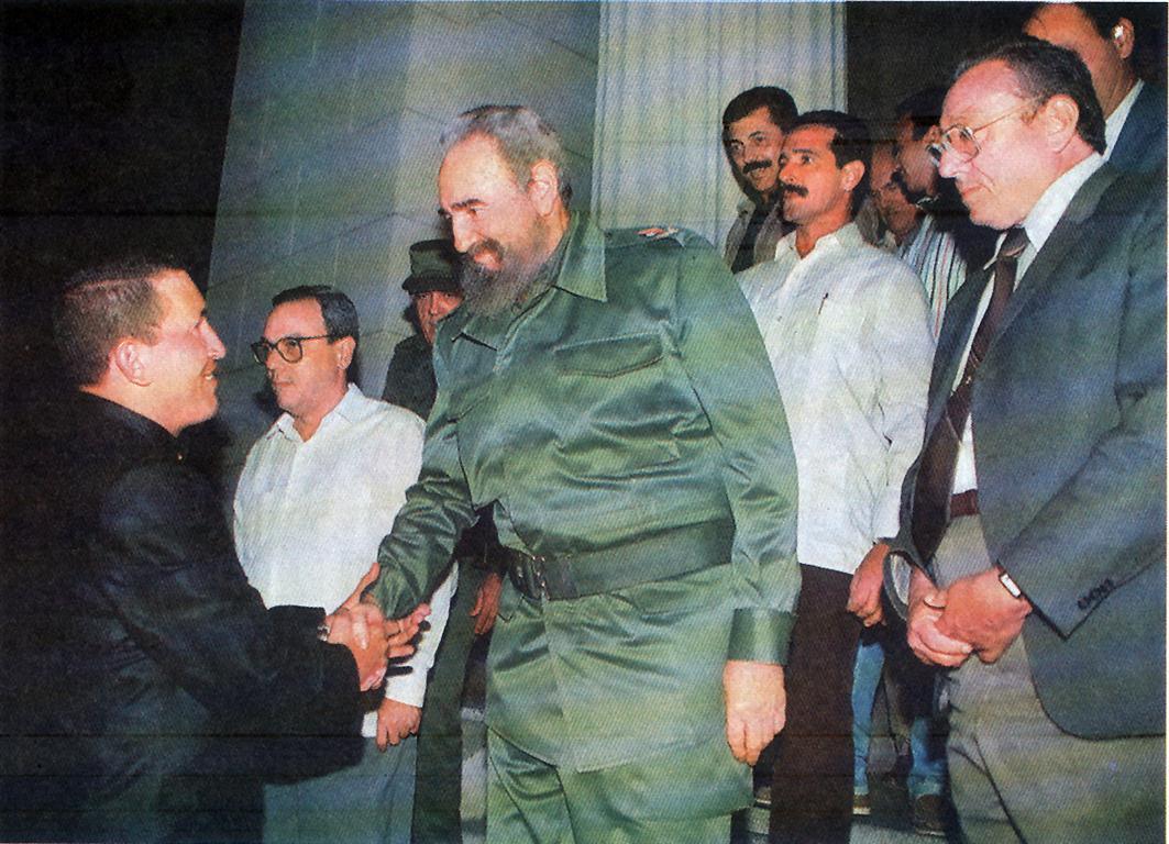 Hugo Chávez y Fidel Castro al fondo Eusebio Leal (Medium)
