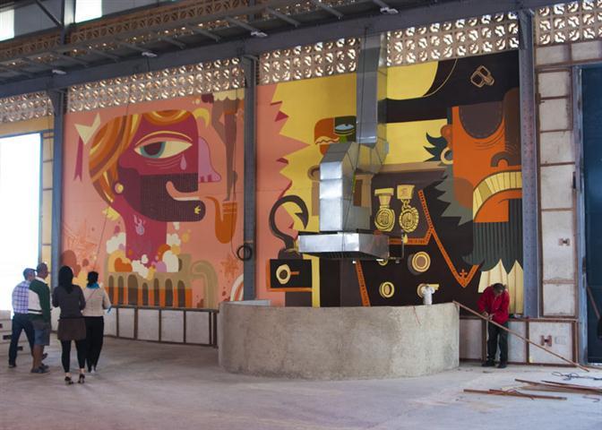 A esta agradable atmósfera se le suman dos murales gigantescos