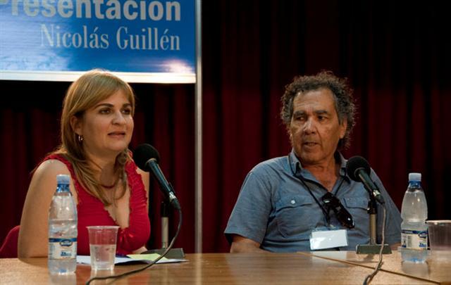 Hernán Rivera Letelier junto a la periodista Magda Resik