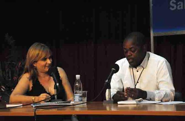 Escritor angolano Luís Fernando junto a la periodista Magda Resik
