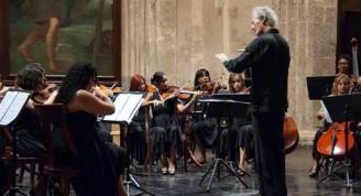 Bernard Rubenstein, dirigiendo concierto