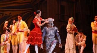 Kitri, la hermosa, en una amigable relación  con Don Quijote.