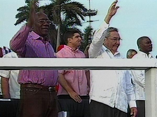 El Presidente cubano Raúl Castro Ruz, y Salvador Valdés Mesa, secretario general de la CTC, saludan al pueblo de Cuba este Primero de Mayo.Autor: Tomado de la TV