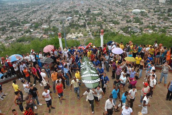 Artistas y pobladores de la ciudad ascienden los 458 escalones que conforman la escalinata de la Loma de la Cruz. En la cima también los espera la fiesta
