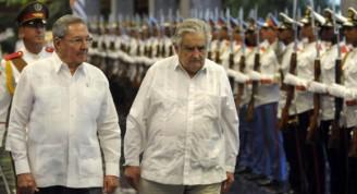 El General de Ejército Raúl Castro Ruz (I), Presidente de los Consejos de Estado y de Ministros de Cuba, junto a José Mújica (C), presidente de la República Oriental del Uruguay, en la ceremonia de recibimiento en la sede del Consejo de Estado, en el Palacio de la Revolución, en La Habana, Cuba, el 24 de julio de 2013. AIN FOTO/Tony HERNÁNDEZ MENA
