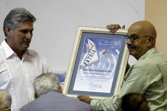 Entrega el presidente cubano Raul Castro reconocimiento a periodistas cubanos, Miguel Diaz-Canel hace entrega a Antonio Molto presidente de la UPEC. Foto: Ismael Francisco/Cubadebate.