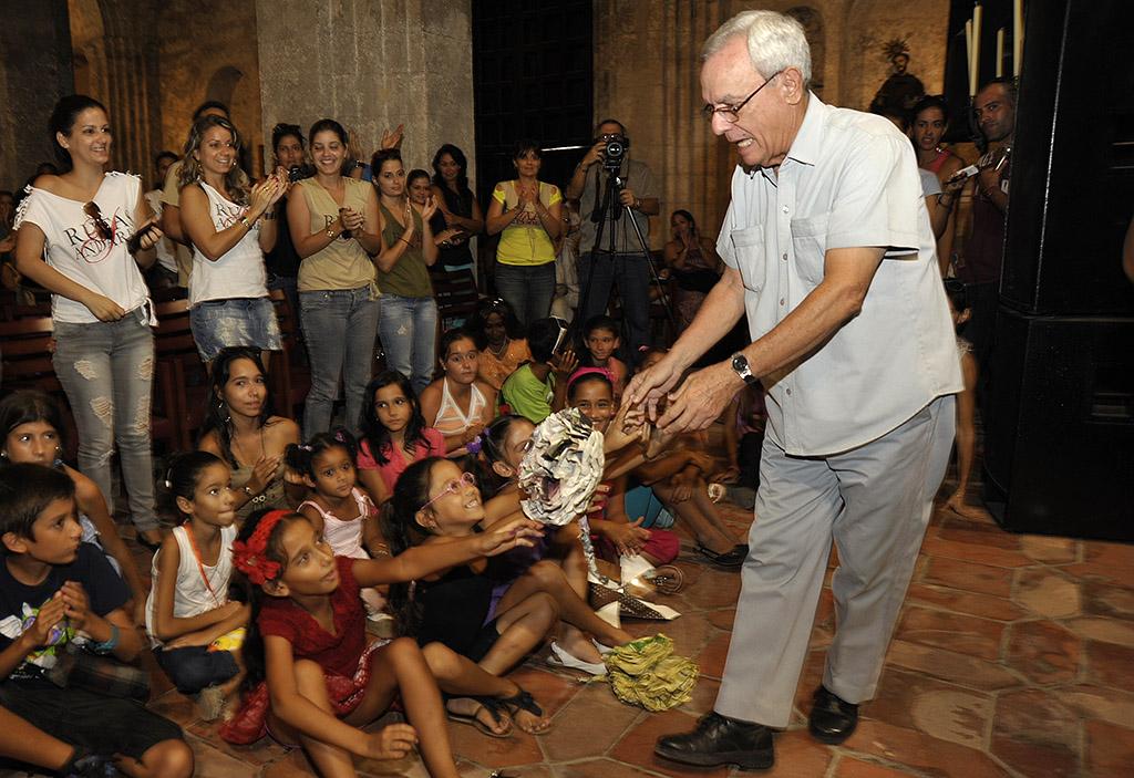 El Dr. Eusebio Leal saluda a niños participantes en Rutas y Andares (foto Néstor Martí)