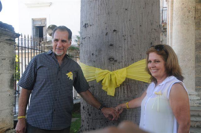 El Héroe de la República de Cuba, René González Sehwerert, exhortó hoy a los habaneros a llenar de cintas amarillas la capital de Cuba, luego de colocar una banda amarilla alrededor de la ceiba que, en el Templete del Centro Histórico, marca el sitio fundacional de La Habana.