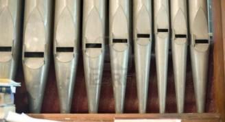 libro-de-tubos-de-organo-y-un-monton-de-musica-en-la-de-un-pequeno-organo-de-la-iglesia