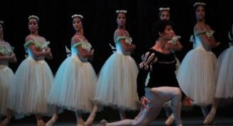 El jóven Adrián Masvidal en el protagónico de Albrecht, acosado por las wilis en el segundo acto del ballet Giselle