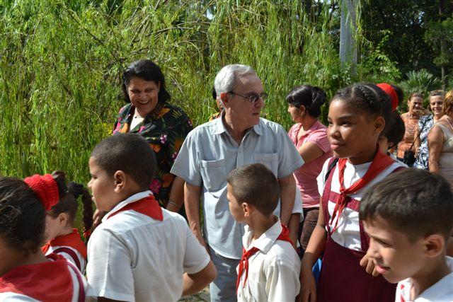 Eusebio Leal y Lázara Mercedes López Acea recorren junto a los niños de los talleres la recién resturada Quinta de los Molinos (2)