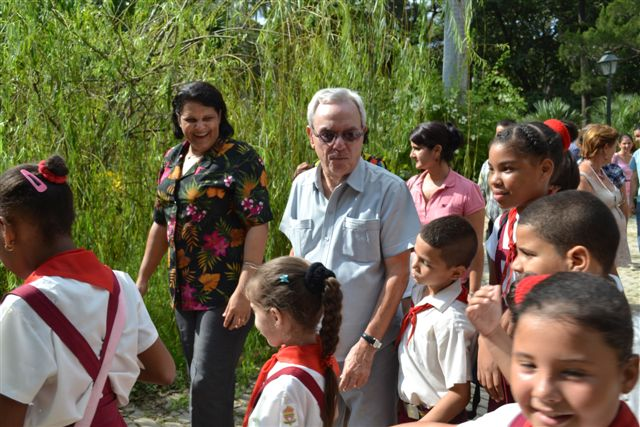 Eusebio Leal y Lázara Mercedes López Acea recorren junto a los niños de los talleres la recién resturada Quinta de los Molinos