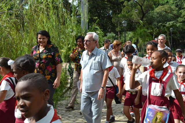 Eusebio Leal y Lázara Mercedes López Acea recorren junto a los niños de los talleres la recién resturada Quinta de los Molinos (4)