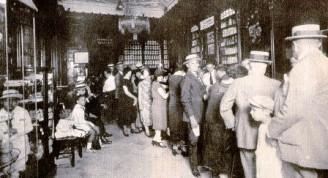 Foto antigua del interior de la Farmacia Sarrá
