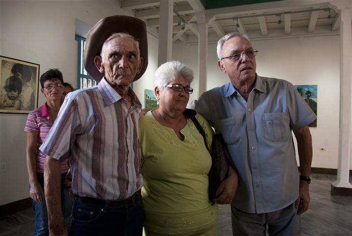 Leal junto al padre y la hermana de Paula María / Foto Alexis Rodríguez