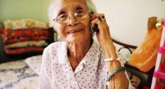 Señora hablando por teléfono