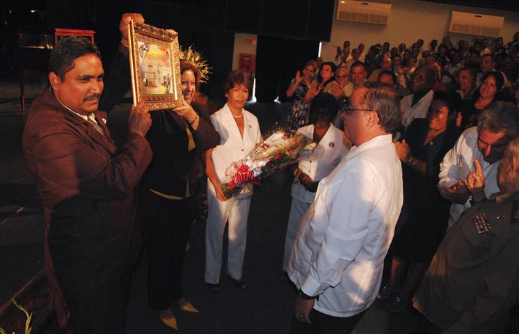 Reconocimiento a  Lázaro Expósito, Primer Secretario del Partido en Santiago de Cuba / Foto Alexis Rodríguez