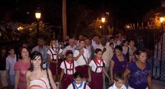 Los más jóvenes se dirigen a dar las vueltas a la Ceiba de La Habana / Foto Alexis Rodríguez