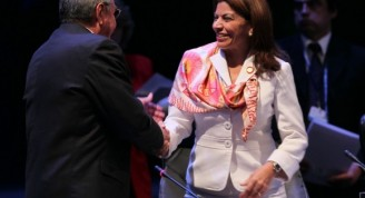 El traspaso de la Presidencia pro-témpore de CELAC: Raúl Castro a Laura Chinchilla. Foto: Ismael Francisco/ Cubadebate
