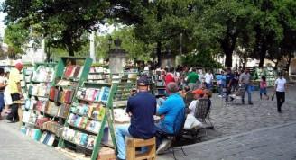 sabado-libro-calle-madera