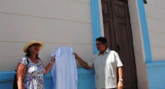 Gladys Collazo y José Rodríguez Barreras, Director de la Oficina del Historiador de la Ciudad de Camagüey develan la tarja / Foto Ana Lidia García Hernández