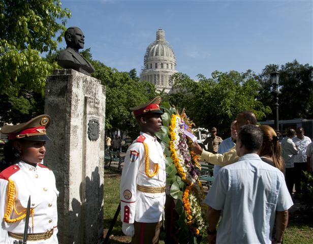 ante el monumento a duarte (Small)