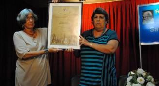 compañeras y amiagas de gloria reciben el premio (Small)