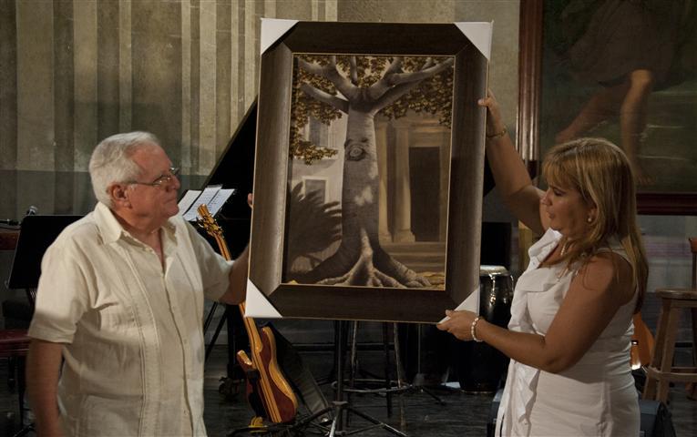 Mario García Portela tuvo la deferencia de regalar una de sus obras al Doctor Eusebio Leal Spengler, Historiador de la Ciudad