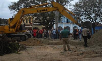 Trabajos de excavación y búsqueda de nuevos elementos arqueológicos debajo de lo que fuera el piso del parque Serafín Sánchez Valdivia, en proceso reconstructivo por el medio milenio de la Villa del Espíritu Santo, en Sancti Spíritus, Cuba, el 5 de marzo de 2014. AIN FOTO/Oscar ALFONSO SOSA