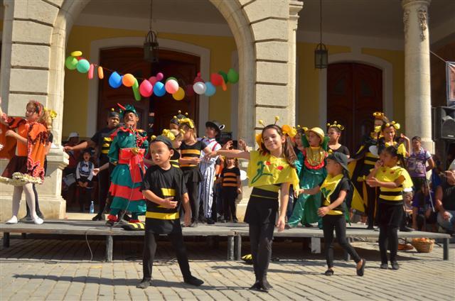 La compañía de teatro infantil La Colmenita, durante el Día Ecológico