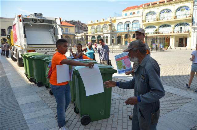 Durante el Día Ecológico los pioneros entregaron plegables a la población sobre la importancia y el proceso del Reciclaje foto: Jorge A. Laserna