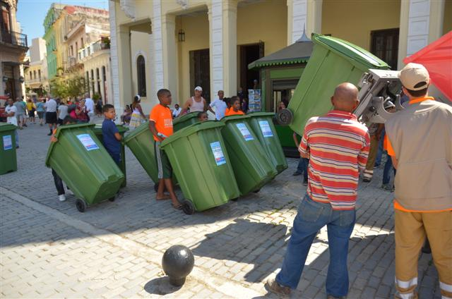 Los niños llevan los contenedores que contendrán los residuos sólidos Foto: Jorge A. Laserna