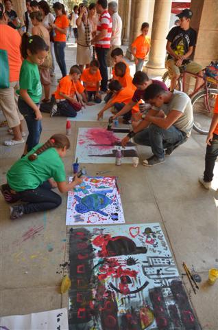 los niños demostrando que a partir del reciclaje se pueden crear nuevos soportes para la creación artística foto: Jorge A. Laserna