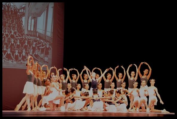 Desfile de alumnos en la Gala inaugural del  XX Encuentro Internacional de Academias de Ballet