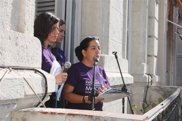 Las periodistas Ana Lidia García, Nadia Herrada y la historiadora del arte Yamira Rodríguez durante la conducción de la revista especial. foto: Ernesto Herrera
