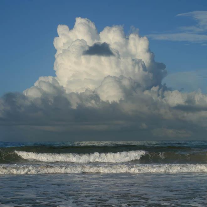 Pequeña nube oscura sobre nube blanca