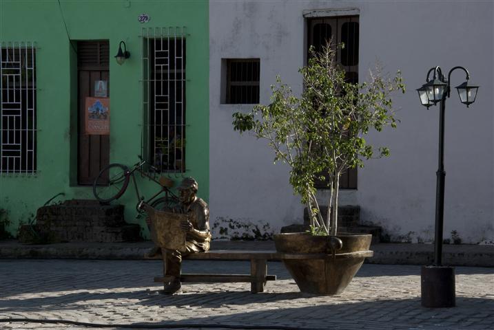 """""""El lector de periódico"""", conjunto escultórico de la Plaza del Carmen, en Camaguey / Foto Alexis Rodríguez - Habana Radio"""