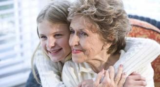 abuela-y-nieta-abrazadas