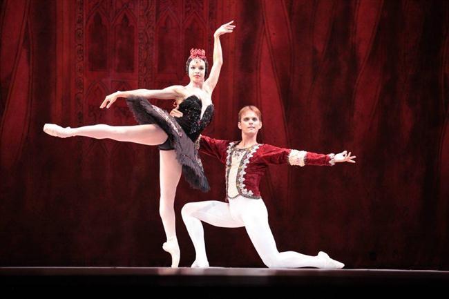 Viengsay Valdés ahora interpreta el cisne negro, Odile,en un engaño  a Siegfried (Custom)