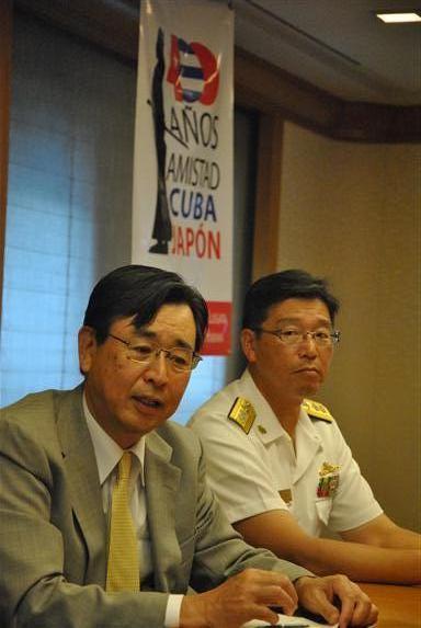 El embajador de Cuba en Japón, Sr. Hiroshi Sato (izquierda) y el Comandante del Escuadrón de Entrenamiento, Contralamirante Hideki Yuasa (derecha)