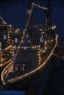 Detalle de uno de los buques iluminado durante la noche del sábado