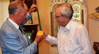 El Señor J. David Markham Presidente de la Sociedad Napoleónica Internacional junto  al Doctor Eusebio Leal Spengler