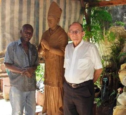 Agustín Drake junto al Obispo de la Ciudad de Matanzas, Monseñor Manuel Hilario de Céspedes García-Menocal. FOTO CORTESÍA ARTISTA.