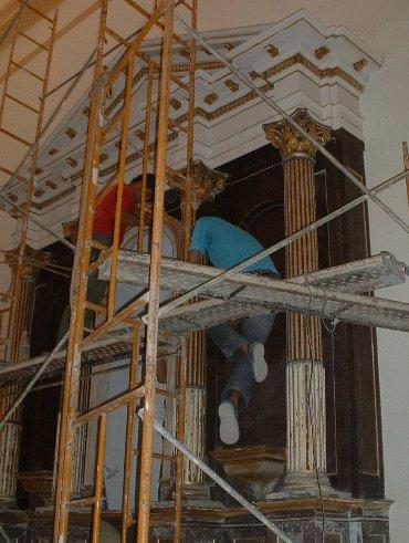 Parte del equipo de jóvenes restauradores que asumen las obras en la San Carlos Borromeo de Matanzas. FOTO RADIO 26.