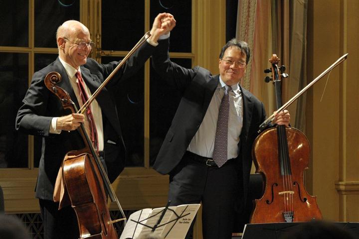 Carlos Prieto a la izquierda, junto a Yo-Yo Ma (Small)